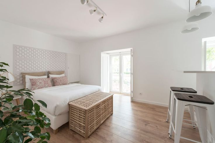 em Setúbal, PT. The truth downtown experience!! In the heart of Setúbal, Av. Luisa Todi, where everything is reachable by foot (restaurants, shops, catamaran or ferry to Troia, fórum Luisa Todi, etc) Completely renovated studio apartment, with contemporary decor ...