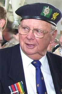 Vétérans Britanniques Mr Bill EDWARDES Président de l'association 43eme Wessex habitant Eastleigh (nord de Southampton). Vétéran qui avait 17 ans en 1944 et était brancardier du Régiment WORCESTER de la 214e brigade de 43e DIV. (MR Edwardes ci dessus...