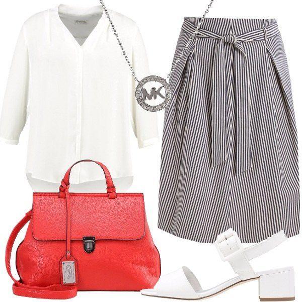 Outfit composto da gonna a campana a fantasia rigata, camicia in poliestere con scollo a V, sandali bianchi in ecopelle, borsa a mano rossa in ecopelle e collana in acciaio con logo.