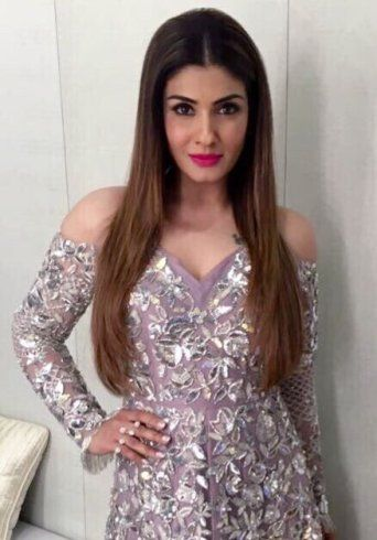 "Raveena Tandon was spotted at the launch of new show ""Sabse Bada Kalakar"" earlier today. She was wearing a pale lavender shoulder cut out gown with silver floral embroidery by Manish Malhotra Raveena looked so hot. Raveena Tandon in shoulderRead more..."