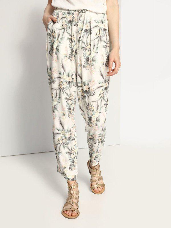 Spodnie damskie białe  - spodnie długie - TOP SECRET. SSP2325 Świetna jakość, rewelacyjna cena, modny krój. Idealnie podkreśli atuty Twojej figury. Obejrzyj też inne spodnie tej marki.