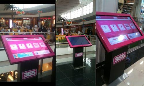 365 AVM'de müşteriler Touchdesk panolar üzerinden hem aradıkları mağazaları buluyorlar hem de duyurulardan haberdar oluyorlar.