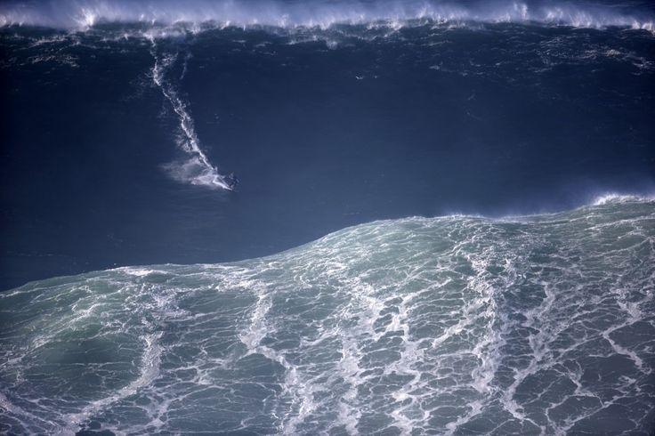Al largo di Nazarè, nell'Oceano Atlantico, decine di grandi campioni della spettacolare disciplina sportiva provenienti da tutto il mondo regalano momenti di grande emozione agli appassionati andando incontro a onde davvero gigantesche, alte più di 30 metri.
