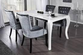 Deze eethoek geeft echt een barokstijl weer, heel elegant en stijlvol. De tafel is mooi slank en de gebogen tafelpoten zorgen voor het barokeffect. De stoelen passen heel mooi bij deze tafel, de fluwelen stof en de contrasterende knoppen op de rug zorgen dat het als geheel sjiek wordt. Een mooi detail van de eetkamerstoelen is dat de stoelpoten ook wat gebogen zijn, dit geeft een speels effect ten opzichte van de eettafel.