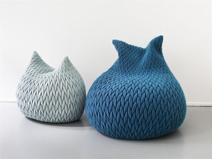 Polska projektantka Aleksandra Gaca, która pracuje i mieszka w Holandii, zaprojektowała dla belgijskiej firmy Casalis serię niesamowitych puf. Pufy Slumber to miękkie, puszyste worki, użyte materiały z wyglądu przypominają grubo plecione wełniane swetry, a są to trójwymiarowe tkaniny o grubych fakturach. Wypełnienie puf to materiał, który podczas siedzenia dopasowuje się do kształtu ciała, po czym wraca do pierwotnego kształtu. Siedziska Slumber są dostępne w dwóch rozmiarach i w dwunastu…