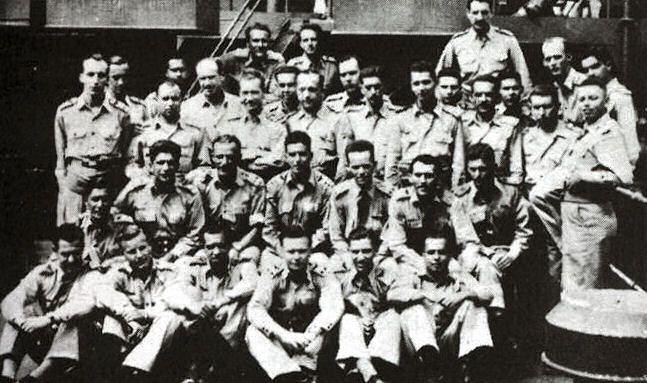 Oficiais da Força Aérea Brasileira e médicos quando se dirigiam dos EUA para a Itália. Em pé, o Maj. Ovídio Alves Beraldo.