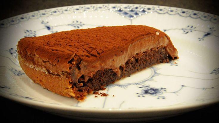 Sjokoladekake uten mel, hvor samme røren brukes til den stekte kakebunnen og som sjokoladmousse på toppen.