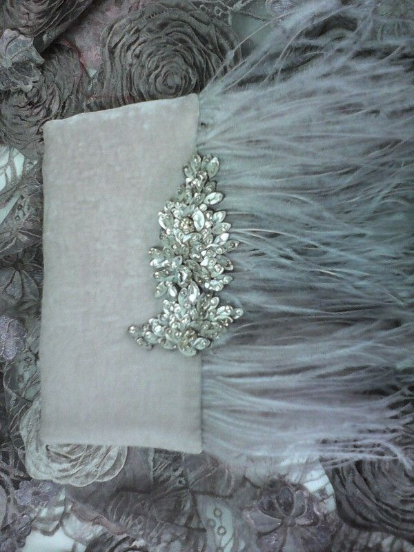 Bolso de mano en terciopelo gris con plumas y broche en pedreria