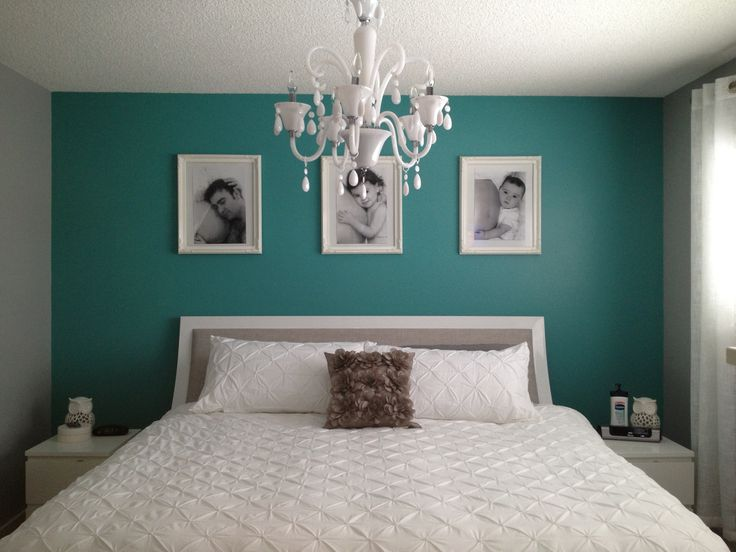 I love the teal accent wall.