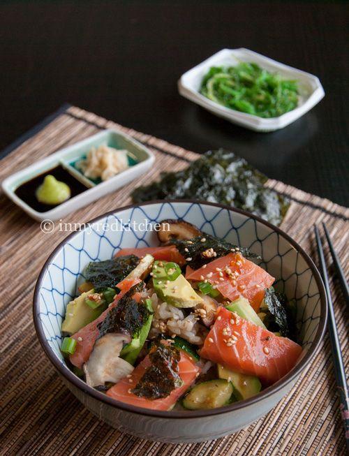 Ben jij een sushi fan? Deze sushi salade is net zo lekker als gerolde sushi maar veel makkelijker & sneller te maken. Sushi in saladevorm, probeer het nu!