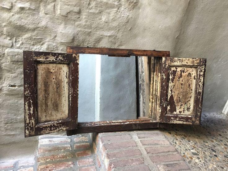 Groot oud houten kozijn venster met dubbele luiken en een spiegel landelijk stoer boerderij industrieel Wandpaneel wanddecoratie