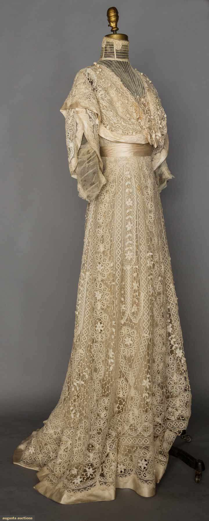 BOBBIN LACE TEA GOWN, c. 1906. Ivory torchon lace in vertical rows, empire W, tulle neck insert & under-sleeves, trained skirt. Front sideway