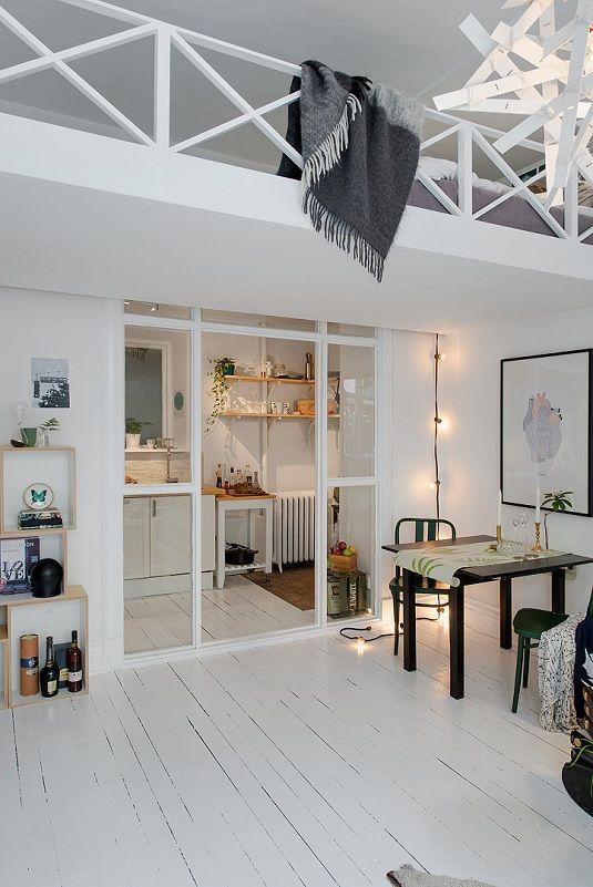 Um pequeno e aconchegante apartamento em Gotemburgo, Suécia, tem somente 38 m² de área habitacional e ainda há um espaço para uma cama de casal (um mezanino), uma mesa de jantar, um sofá e uma área de trabalho.