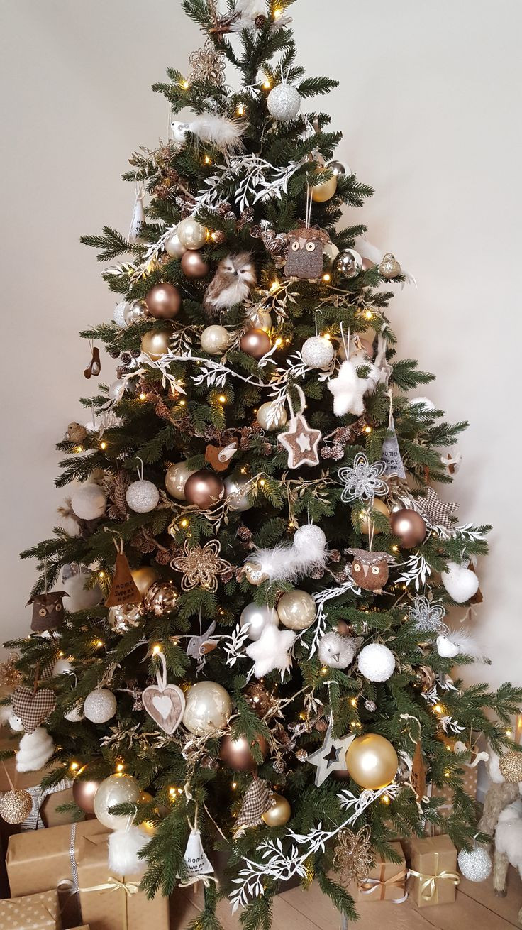 Christmas home decorating in natural colors | It's all about Christmas