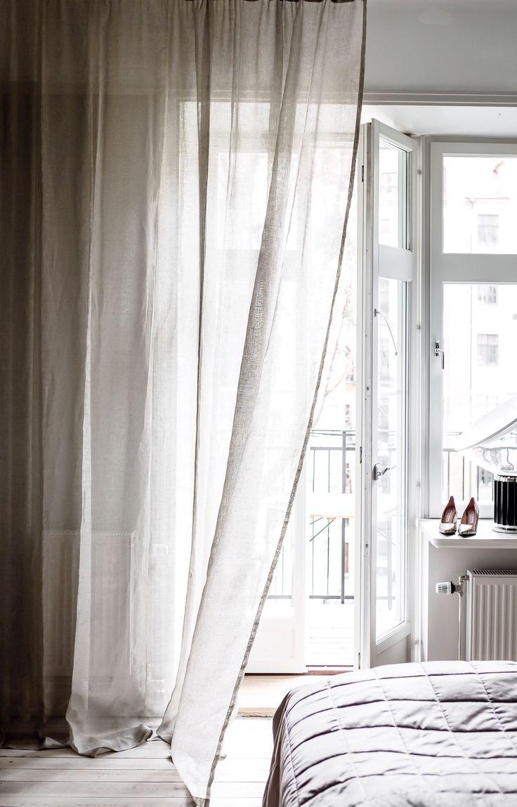 Välkomna ljuset med lättsamt skira linnegardiner i exklusivt hellinne som ger ett luftigt och tidlöst uttryck. Alla våra tyger vävs i Spanien, ett land med lång erfarenhet och bred kunskap inom textiltillverkning. Gardinerna är försedda med ett multiband som gör att upphängningen är universal. Det går lika bra att hänga dina Gotain gardiner på gardinstång som i gardinskena med glid, fingerkrok eller ringar.  #gotain #gardiner #linne #linnegardiner #inredning #sovrum