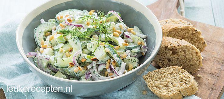 Deze salade van komkommer en appel is lekker fris en kruidig. De dressing is met dille, limoen en yoghurt.