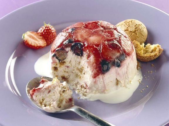 Beeren-Eisbombe mit Amarettini ist ein Rezept mit frischen Zutaten aus der Kategorie Dessert. Probieren Sie dieses und weitere Rezepte von EAT SMARTER!