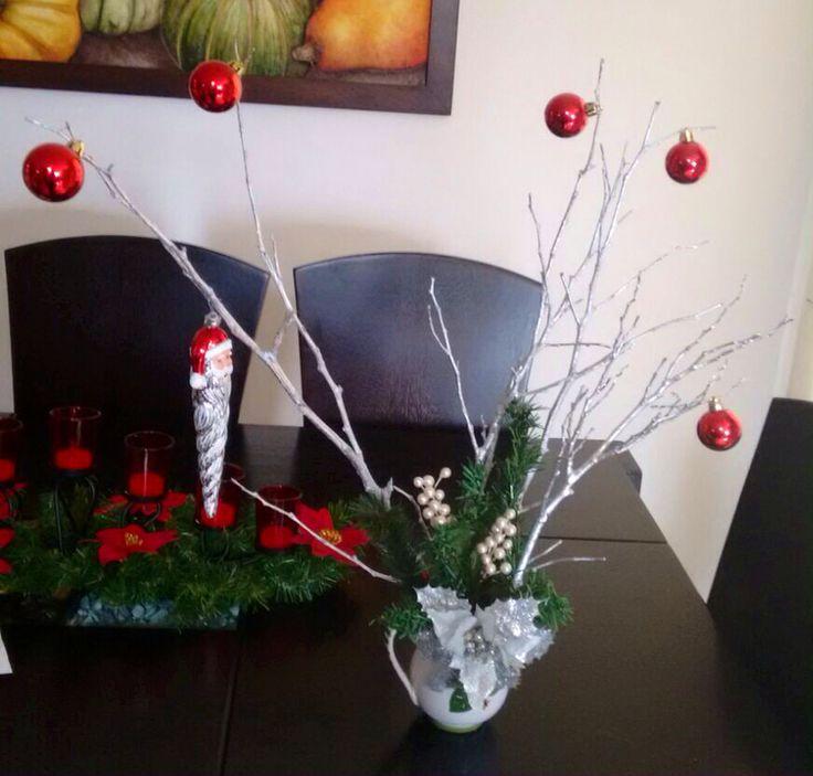 Adornos hecho con rama decorada bolas y adornos navideños. #colombia #navidad