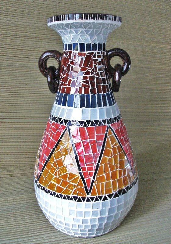 Vaso em cerâmica, com mosaico em vidro, medindo 50cm de altura.