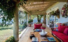 Varandas de 2,80 m de largura contornam todo o estar. Ali, toras de eucalipto com 30 cm de diâmetro (SJL) apoiam a cobertura de telhas transparentes de fbra de vidro, disfarçadas pela treliça de bambu feita pelo artesão João Boi.