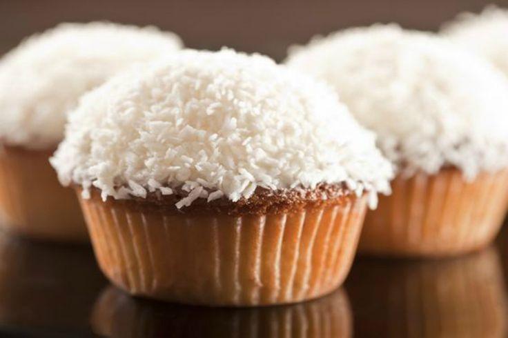 Muffin al cocco decorati con nutella e farina di cocco, perfetti da servire per la prima colazione o per una merenda golosa.