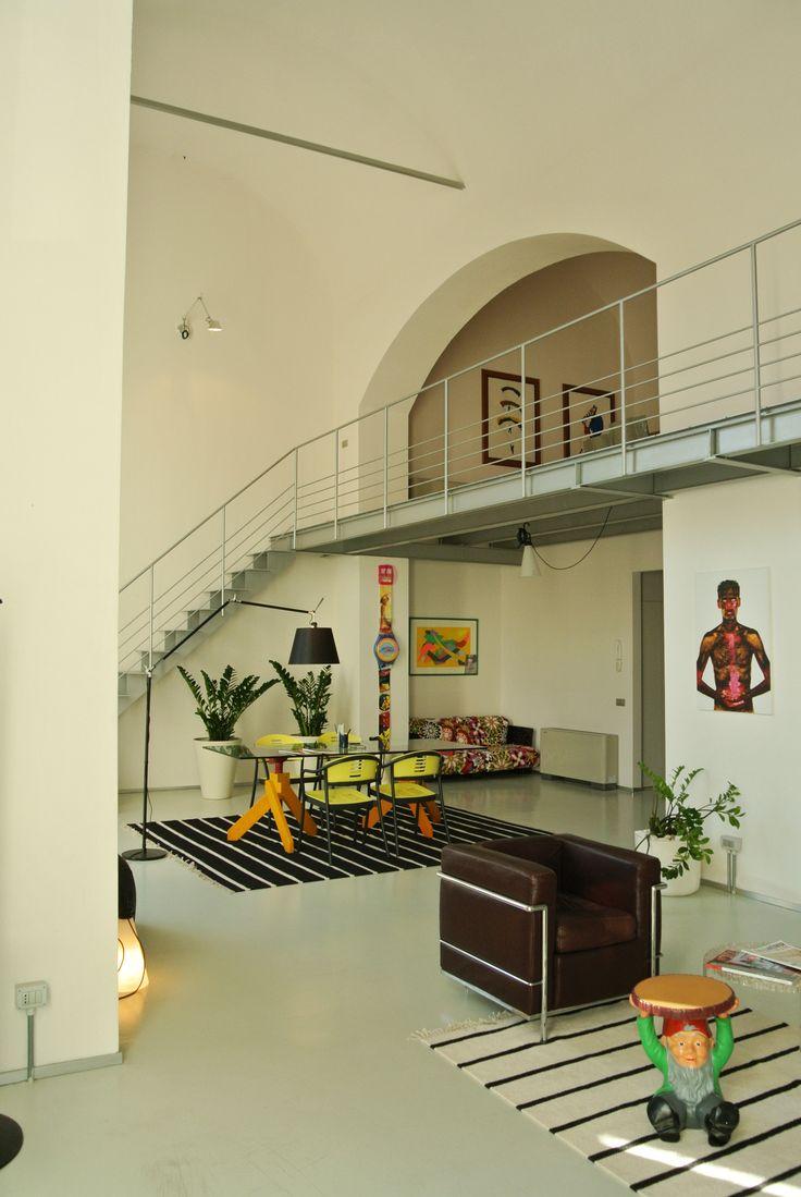 Personalizzare un ambiente già di per sé unico. Lo studio è sviluppato su due livelli: al piano terra la parte ricettiva e i tavoli riunione, mentre sul soppalco i nostri uffici. #interior #architettura #loft