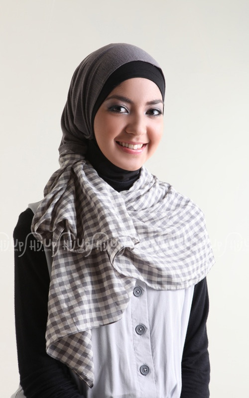 What a lovely combination of hijab, very unassuming! never knew that this grey checked and solid color combo would be great in this hijab style....