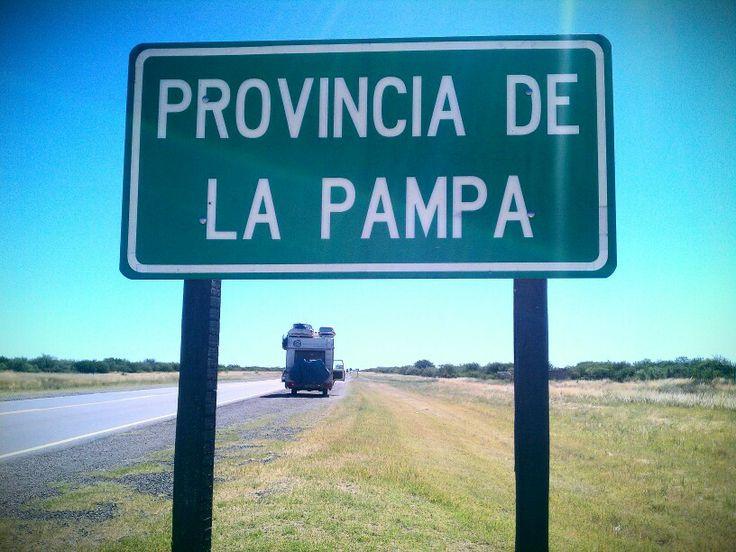 Avançant a pas de tortuga... Ja hem entrat a la Provincia de La Pampa, Argentina. A més de 40 graus! Aquí les granotes van amb cantimplora :) - Slowly but going forwards.. Fucking hot at La Pampa, Argentina! - Despacio pero avanzando... Calor insoportable a La Pampa! #LaNostraVolta #Argentina #Travel #AroundTheWorld #Motorhome