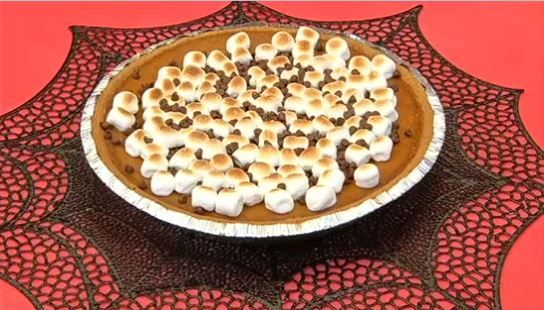 """Perfect Halloween recipe to make with your kids: Pumpkin """"S'mores"""" Pie"""