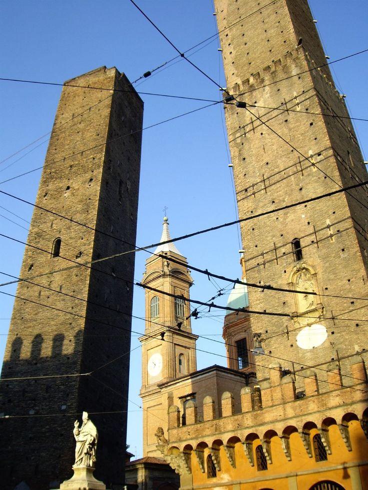 Nella foto le 2 torri di Bologna: la Torre degli Asinelli di 98m e Garisenda di 48m sono il simbolo della città e prendono il loro nome dalle famiglie a cui se ne attribuisce la costruzione intorno il 1100. Si stima che le torri a difesa della città fossero in principio circa 180, anche se oggi se ne contano solo una ventina. Qui B&B per Bologna in Emilia-Romagna http://bedandbreakfast.place/it/bb-emilia-romagna/bologna/bologna