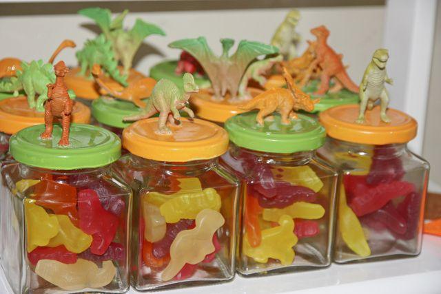 Decora los frascos de dulces con figuras de dinosaurio para fiestas infantiles. #IdeasSorpresas