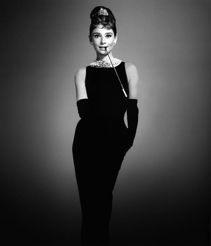 Pretinho básico - O vestido pretinho básico alcançou o título de clássico na década de 1950 e nunca mais saiu de moda. Faz parte dos clássicos indispensáveis para uma mulher. Sinonimo de simplicidade é elegância.
