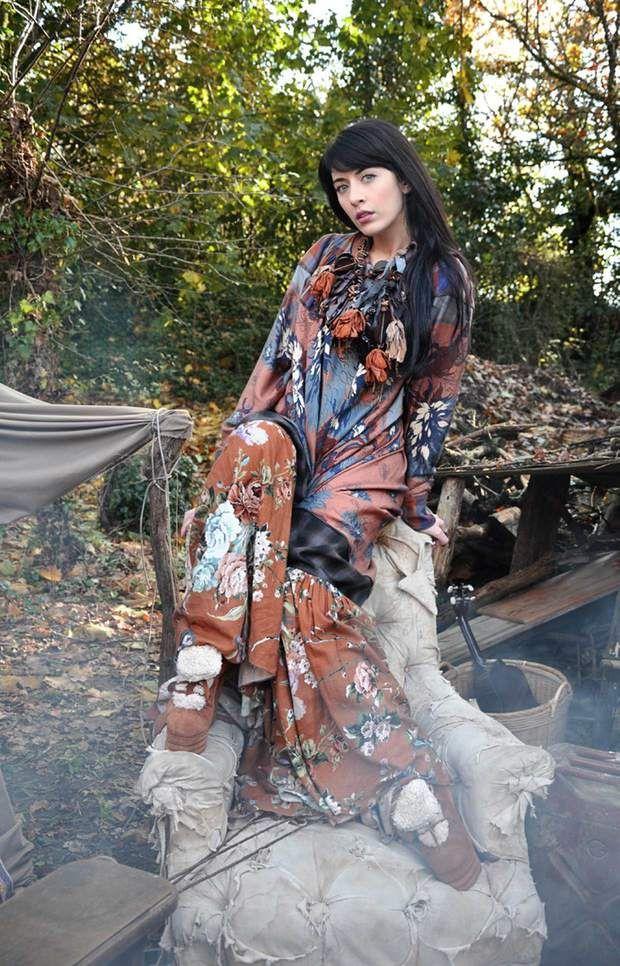 Une longue robe bariolée d'un autre tempsNOLWENN LEROY, Bretonne, 2010