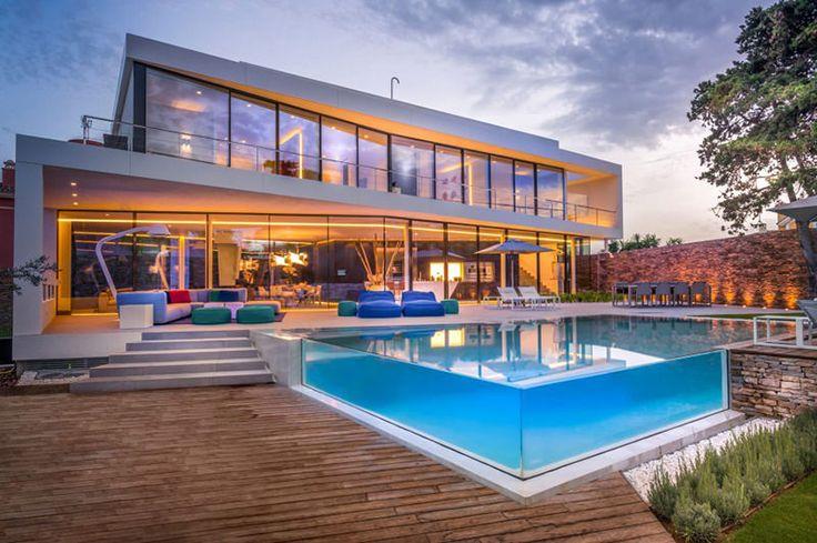 Cool Blue Villa é um projeto dos arquitetos da empresa 123DV. Uma das demandas dos donos do imóvel era uma residência com vista para mar. Por isso, enormes