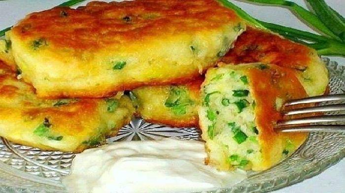 Самые ленивые пирожки. Если Вы не можете определиться, что хотите больше: пирожки или оладьи, то приготовьте эти самые ленивые пирожки с яйцом и луком! От них просто невозможно оторваться, так еще и готовятся за 10 минут.