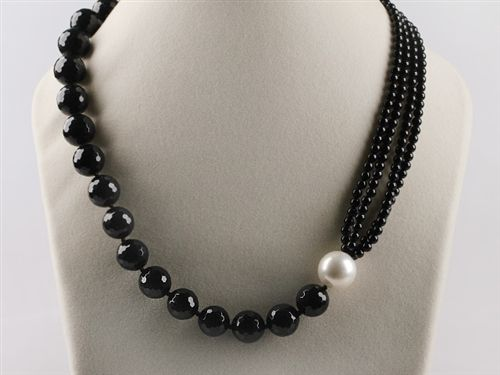 What a great onyx and pearl asymetrical Necklace! http://www.eozy.com/acrylic-beads-charms