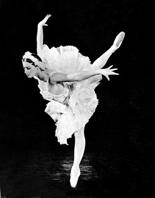 「白鳥の湖」を踊るマイヤ・プリセツカヤさん=東京バレエ団提供