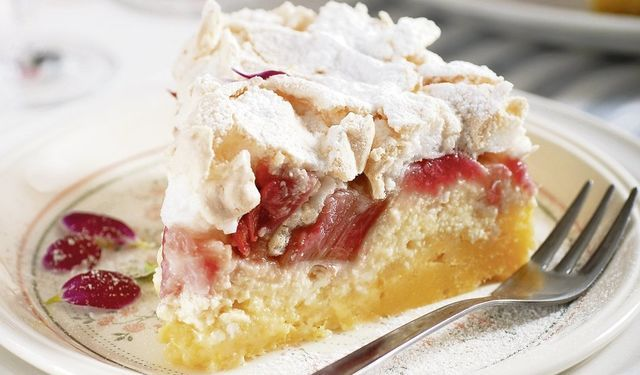 Šťavnatá dobrota na nedeľu: Snehová torta s rebarborou
