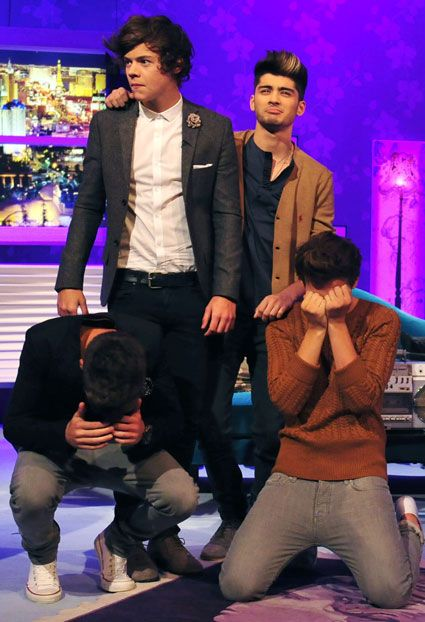 "Haha when they lost the dance battle to Alan Carr and then niall ""punched"" him ahhh good times"