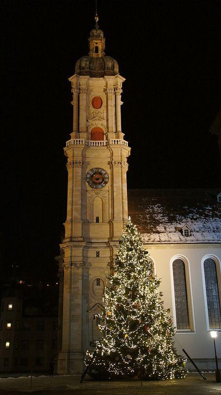 Le sapin de Noël devant l'abbatiale de Saint-Gall | L'albero di Natale davanti alla chiesa abbaziale di San Gallo.
