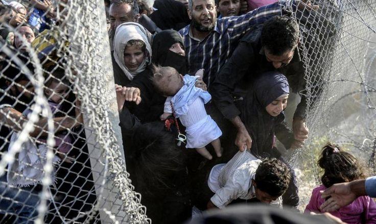 Refugiados sirios rompen la valla camino de Turquía - Turquía comienza a acoger a refugiados sirios que...
