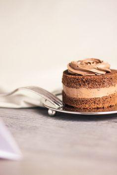 Recette fondants au chocolat avec ganache montée au chocolat au lait, façon mini layer cakes. Topping en forme de rose sur le dessus.
