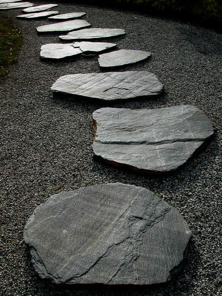 kohollaan olevista kivistä saa meditatiivisen polun joka voi polveilla istutusten halki.