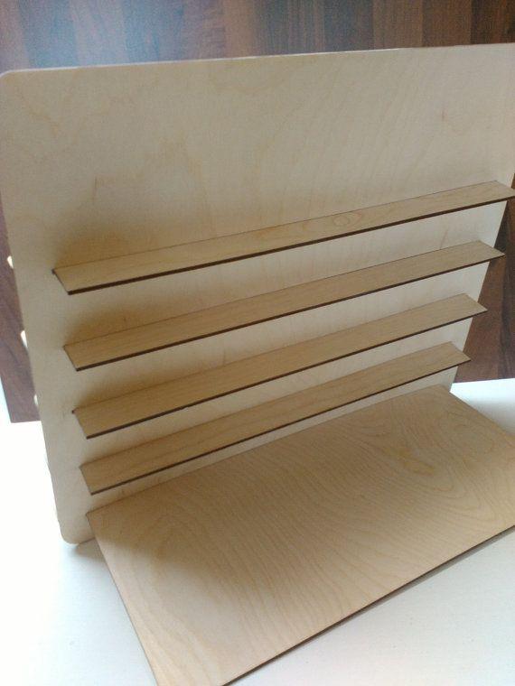 Deze aanbieding is voor houten sieraden staan met uw gegraveerde logo of naam. Dit is een zeer aardige gift voor uw winkel!  * Item details: Hoogte: 33,5 cm (13,1 inch) Breedte: 40 cm (15.7 Inches) Grootte tussen planken: 5 cm (1,9 inch) Plank Breedte: 3cm (1,1 Inches) * In de notitie schrijven aan verkoper uw: Naam, of stuur me uw winkel-logo  * Materiaal: hout.  * Ik hou van het doen van aangepaste bestellingen, dus convo mij en ik het beste doen zal om u precies wat u need.* *  Bedankt…