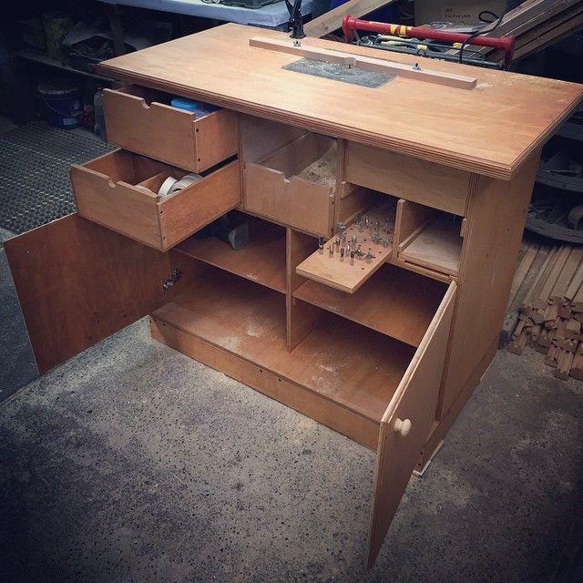 Mesa de trabajo para fresadora con cajones repisas display para fresas y cajón para residuos de madera