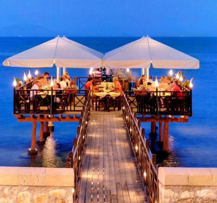 Το μοναδικό εστιατόριο στην Ελλάδα που μπορείς να φας κυριολεκτικά.. μέσα στη θάλασσα!