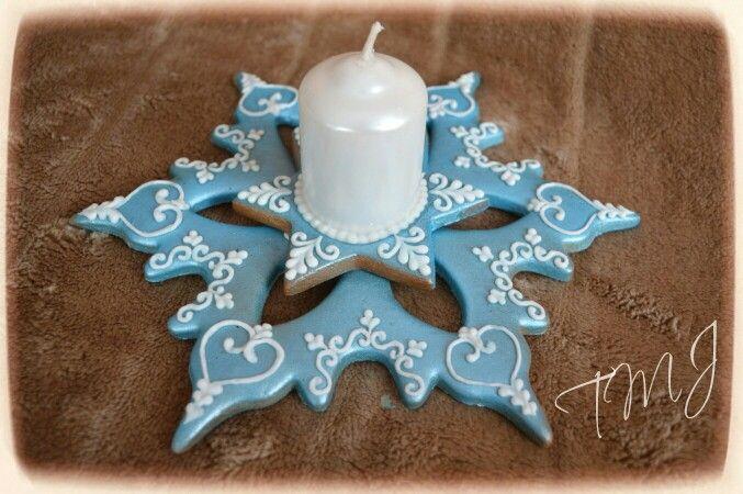 Shining snowflake gingerbread candle holder. Csillogó hópehely mézeskalács gyertyatartó.