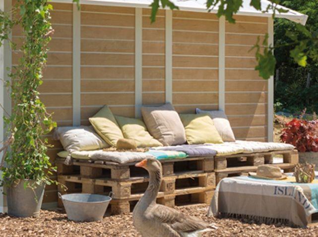 Inspiration Pour une banquette dans le jardin avec des palettes. (http://www.maison-deco.com/jardin/deco-jardin/amenagement-jardin)
