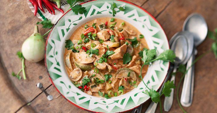 Einer der Klassiker im Asia-Restaurant, den Sie ab sofort in ca. 50 Minuten selbst zubereiten können: mit Hähnchen, Gemüse, scharfer Currypaste un ...