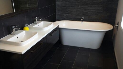 Double sink and bath with textured wall